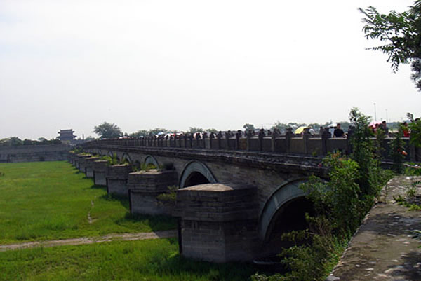 """变"""").   著名建筑学家罗哲文先生《名闻中外的卢沟桥》一文曾对这"""