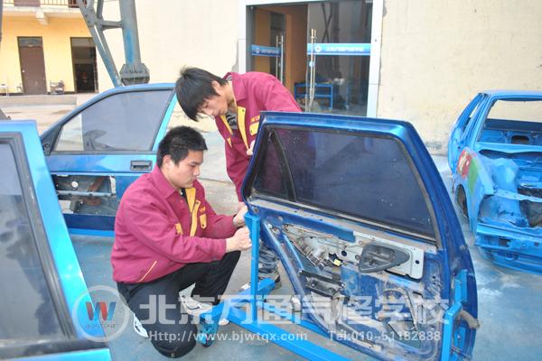 核心提示:北京万通汽修学校综合2班王佳佳、杨天鹤两位同学,在2011年4月2日完成了他们汽车钣金喷涂课程的结业作品——汽车车窗支架,这也是他们在毕业前夕的完整作品。  汽车车窗支架制作过程中  和班主任合影 2011年4月2日,北京万通汽修学校综合2班的王佳佳、杨天鹤两位学子,在2011年4月2日完成了他们汽车钣金喷涂课程的结业作品——汽车车窗支架制作,这也是他们在毕业前夕完成的作品。 整作品完成历时3天,整个过程是艰辛的,同时也是二位同学平日努力学习,刻苦