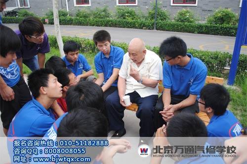 北京万通汽修学校学子陪福利院老人聊天